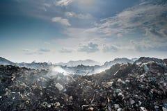 Ogromny śmieciarskiego usypu krajobraz pełno ściółka, klingeryt butelki i inny grat przy Thilafushi wyspą, zdjęcie royalty free