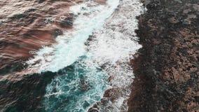 Ogromny biel macha uderzający skalistego wybrzeże podczas burzy Powietrzny trutnia strza? zdjęcie wideo