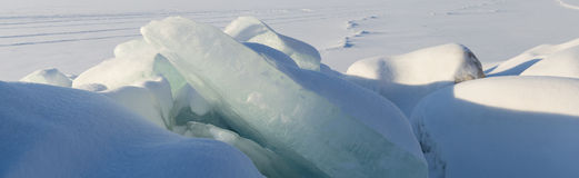 Ogromny blok lód na śnieżnym tle Zdjęcie Royalty Free