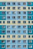 Ogromny blok mieszkalny w społecznie pozbawiającym sąsiedztwie miasto zdjęcia royalty free