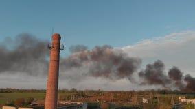Ogromny czer? dym od ogienia w zaniechanym miejscu z du?? czerwonej ceg?y tubk? zbiory wideo