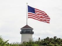 Ogromny flaga amerykańskiej falowanie w wiatrze Dołączającym latarnia morska Fotografia Royalty Free