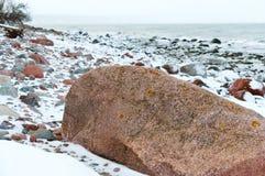 Ogromny głaz na plaży, skalisty denny wybrzeże, denny brzeg w zimie skały pod śniegiem Obraz Royalty Free