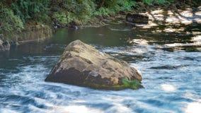 Ogromny głaz w rzece zdjęcie stock