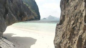 Ogromny granit kołysa blisko białej piaskowatej tropikalnej plaży