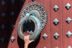 Ogromny knocker z ręką która chwyta Obrazy Royalty Free