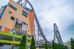 12, 2018 ogromny kolejki górskiej rozrywki park w Korakuen, TOKIO JAPONIA, CZERWIEC -, - Obraz Royalty Free