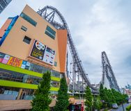 12, 2018 ogromny kolejki górskiej rozrywki park w Korakuen, TOKIO JAPONIA, CZERWIEC -, - Fotografia Royalty Free