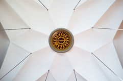 Ogromny kompas na suficie w pięknym kościół obraz stock