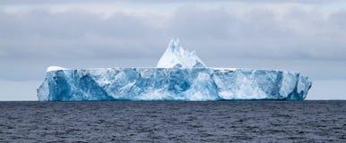 Ogromny lodowa lub stołu lód, góra lodowa przy morzem Fotografia Royalty Free