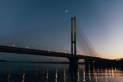 Ogromny most w tle zmierzch który dzieli miasto w dwa części, Zdjęcia Royalty Free