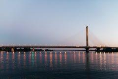 Ogromny most w tle zmierzch który dzieli miasto w dwa części, Obraz Stock