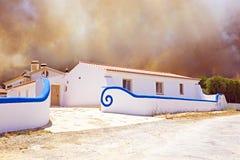 Ogromny pożar lasu zagraża do domu Fotografia Royalty Free