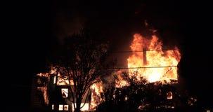 Ogromny pożarniczy płonąć w budynku mieszkalnym zbiory wideo