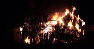 Ogromny pożarniczy płonąć w budynku mieszkalnym zbiory