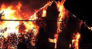 Ogromny pożarniczy płonąć w budynku mieszkalnym zdjęcie wideo
