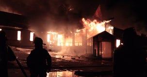 Ogromny pożarniczy płonąć w handlowym budynku zdjęcie wideo