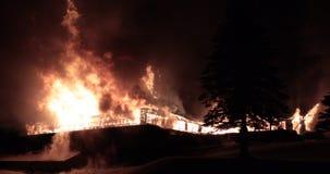Ogromny pożarniczy płonąć w handlowym budynku zbiory wideo