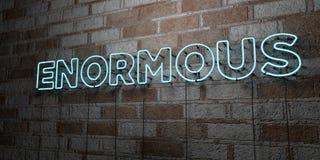 OGROMNY - Rozjarzony Neonowy znak na kamieniarki ścianie - 3D odpłacająca się królewskości bezpłatna akcyjna ilustracja royalty ilustracja
