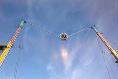 Ogromny slingshot podpala kapsułę z ludzie Fotografia Royalty Free