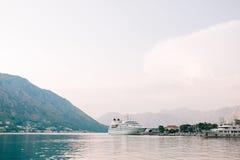 Ogromny statek wycieczkowy w zatoce Kotor w Montenegro Blisko starego Zdjęcie Royalty Free