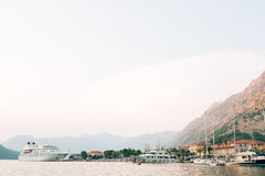 Ogromny statek wycieczkowy w zatoce Kotor w Montenegro Blisko starego Zdjęcia Stock