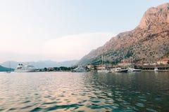 Ogromny statek wycieczkowy w zatoce Kotor w Montenegro Blisko starego Zdjęcia Royalty Free