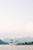 Ogromny statek wycieczkowy w zatoce Kotor w Montenegro Blisko starego Obraz Royalty Free