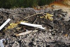 Ogromny stos gruzy w naturze Zanieczyszczenie natura Bezprawny usyp budowy odpady w tle natura zdjęcie royalty free