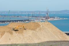 Ogromny stos ziemia w przedpolu i chył most w budowie przez Kera, Obraz Stock