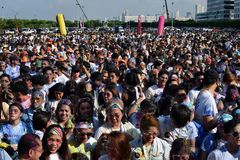 Ogromny tłum młodzi ludzie zbiera przy koloru Manila błyskotliwością Biegającą na miasto kwadracie wydarzenia społeczeństwo Fotografia Royalty Free