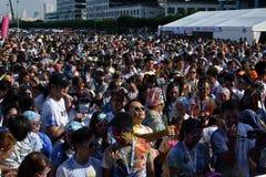 Ogromny tłum młodzi ludzie zbiera przy koloru Manila błyskotliwością Biegającą na miasto kwadracie wydarzenia społeczeństwo Zdjęcie Stock