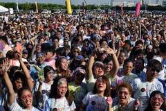 Ogromny tłum młodzi ludzie zbiera przy koloru Manila błyskotliwością Biegającą na miasto kwadracie wydarzenia społeczeństwo Obraz Stock