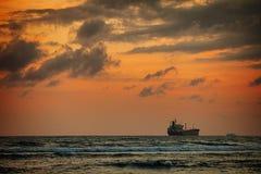 Ogromny tankowa statek na horyzoncie przy zmierzchem Fotografia Stock