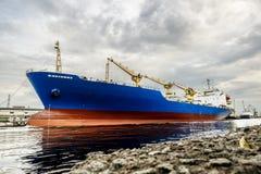 Ogromny tankowa statek w ładunku porcie morskim St Petersburg Russi Obrazy Royalty Free