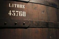 Ogromny tun zawiera Portowego wino zdjęcia royalty free