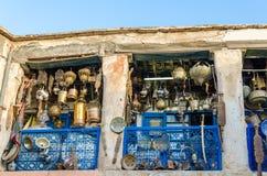 Ogromny wybór garnki, lampy, lampion i inny metal, pracuje w sklepie souk w Medina fez, Maroko, afryka pólnocna Zdjęcie Royalty Free