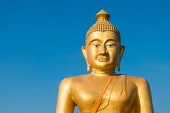 Ogromny złoty Buddha przy khao kiaw świątynią w ratchaburi Thailan Zdjęcie Royalty Free