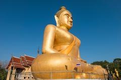 Ogromny złoty Buddha przy khao kiaw świątynią w ratchaburi Thailan Zdjęcia Stock