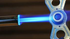 Ogrzewać metal część benzynowym palnikiem zdjęcie wideo