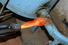 Ogrzewać stalową drymbę z blowtorch Płomień blowtorch obrazy stock