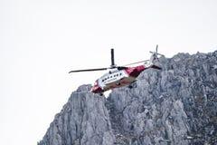 Ogwen dalgång, Wales - April 29 2018: Den brittiska helikoptern Sikorsky S-92 för HM Coastguard fungerade med Bristow helikoptrar royaltyfria bilder