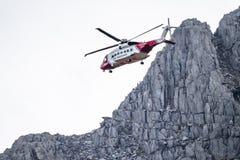 Ogwen dalgång, Wales - April 29 2018: Den brittiska helikoptern Sikorsky S-92 för HM Coastguard fungerade med Bristow helikoptrar royaltyfri bild
