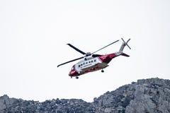 Ogwen dalgång, Wales - April 29 2018: Den brittiska helikoptern Sikorsky S-92 för HM Coastguard fungerade med Bristow helikoptrar royaltyfri fotografi