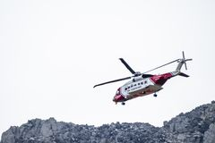 Ogwen dalgång, Wales - April 29 2018: Den brittiska helikoptern Sikorsky S-92 för HM Coastguard fungerade med Bristow helikoptrar arkivfoto