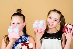 Oh счастливый день Подарок детей услаженный девушками Девушки прелестные празднуют день рождения Подарки на день рождения любов д стоковые изображения rf