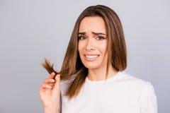 Oh nr! Sluit omhoog portret van gefrustreerde jonge bruine haired vrouw royalty-vrije stock foto