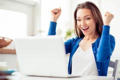 Oh yeah! A moça surpreendida feliz está comemorando É entusiasmado foto de stock
