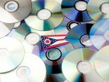 Ohio flaga na górze cd i DVD stosu odizolowywającego na bielu Fotografia Stock