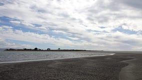 Ohiwa dalla spiaggia in Distretto di Whakatane, Nuova Zelanda di Ohope fotografie stock libere da diritti